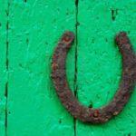 7022688-ferro-di-cavallo-vecchio-sulla-vecchia-porta