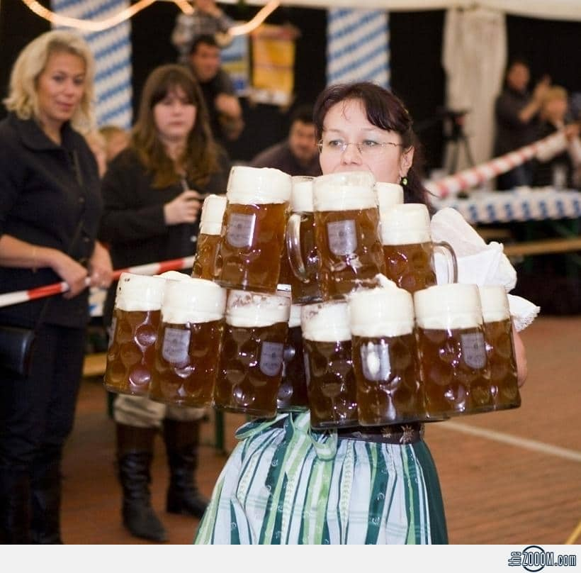 Oktoberfest-Waitress-serves-mugs-of-beer